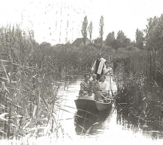 Promenade en barque sur le Giessen entre le père de Freddy et ses soeurs