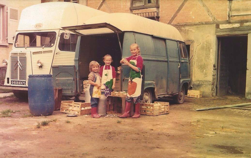 Les filles de Freddy et Mathilde au travail dans la cour de la ferme 1974