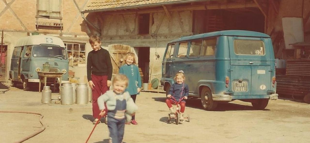 Dany, et ses soeur dans la cour de la ferme 1975